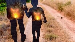 Criança de mão dada com um adulto