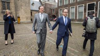 Liberal Demokrat Parti lideri Alexander Pechtold ve parti üyesi Wouter Koolmees el ele