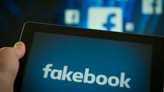 Une tablette avec le mot Facebook.