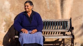 امرأة من سكان أحد الجزر المعزولة في اليونان