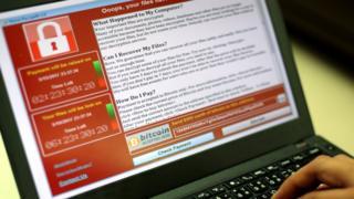 программа-вымогатель на экране лаптопа