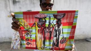 Mchoraji akionyesha kazi yake huko Abidjan, Ivory Coast siku ya Jumatano