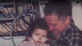 Eric y su hija, en una foto de un álbum familiar.