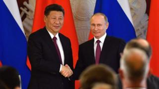 Presidentes de China y Rusia en un apretón de manos