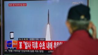 北朝鮮のミサイル実験を伝える韓国のテレビ(28日、ソウル)