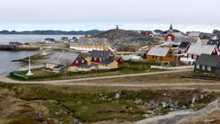 عمده مردم گرینلند در پایتخت زندگی میکنند که جمعیتی حدود هجده هزار نفر دارد
