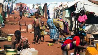 Çatışma nedeniyle göç etmek zorunda kalmış pek çok Güney Sudanlı geçici kamplarda yaşıyor