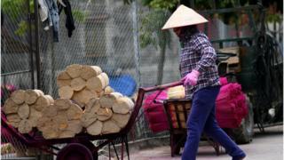 Một phụ nữ ở hàng hương Quảng Phú Cầu, ngoại thành Hà Nội