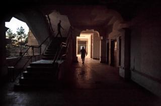 Residentes caminan por el primer piso del edificio.