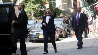 Hillary Clinton saludando a la gente.