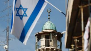 İsrail bayrağı ve minare