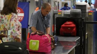 Pasajeros en el área de seguridad de un aeropuerto