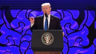 APECで演説するトランプ大統領(10日、ベトナム・ダナン)