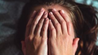 Руки закривають обличчя