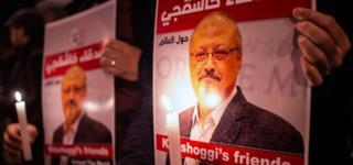صورة لمحتجين يحملون صورة خاشقجي