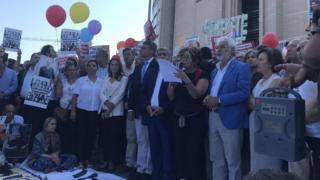 أنصار الصحفيين في جريدة جمهوريت المسجونين في تركيا