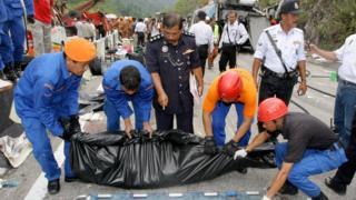 Evakuasi korban kecelakaan bus di Malaysia, 2010.