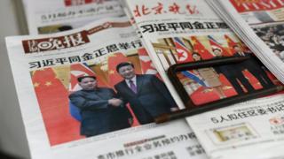 지난 3월 중국을 방문한 김정은 북한 노동당 위원장과 중국 시진핑 국가주석과의 회담을 보도하고 있는 중국 석간신문