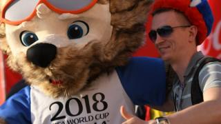 Aficionados con la mascota de Rusia 2018