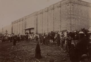 Un escuadrón conservador acampa ante el Panóptico después de haber entregado un centenar de prisioneros liberales.