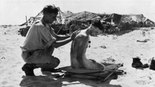 Солдат миється у пустелі