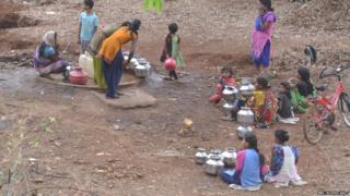 माखला गावात ज्या हापशीला पाणी लागलं आहे ती गावापासून 5 किलोमीटर अंतरावर आहे.