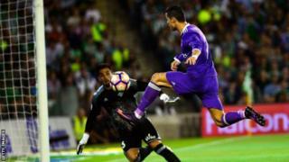 Cristiano Ronaldo akifunga bao lake dhidi ya Real Betis