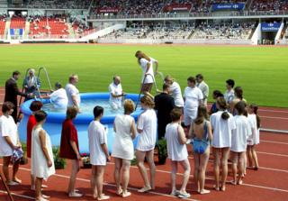 Свидетели Иеговы устраивают обряды массового крещения. Прага, стадион, июль 2003 года