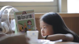 中國合肥開設「刷臉」書店,圖為在其中讀書的小女孩