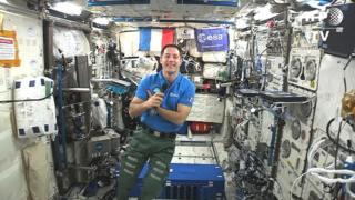 En début de matinée, ils ont dit au revoir aux autres astronautes qui restent dans la Station spatiale internationale (ISS), à 400 km de la Terre.
