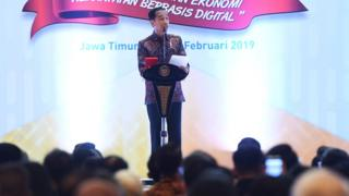 Presiden Joko Widodo (Jokowi) memberikan sambutan pada acara peringatan Hari Pers Nasional di Surabaya, Jawa Timur, Sabtu (09/02).