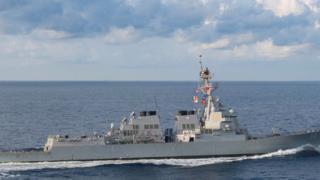 """Tàu The USS Preble tham gia vào hoạt động """"tự do đi lại"""" gần bãi cạn Scarborough ở Biển Đông vào hôm Chủ nhật."""