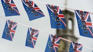 Banderas en el que se lee Brexit en Londres.
