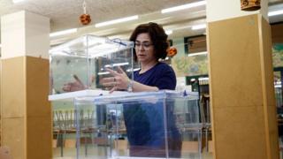 إمرأة تحمل صندوقا انتخابيا