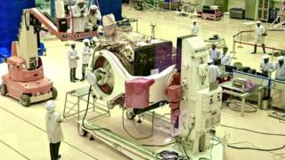 चंद्रयानाची तयारी करतान भारतीय शास्त्रज्ञ