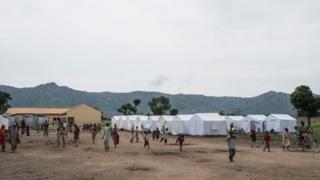 Le HCR indique qu'il travaille avec les autorités nigérianes afin d'enregistrer 100 000 personnes déplacées à l'intérieur du pays, qui vivent dans des camps à Maiduguri, la capitale de l'État de Borno.