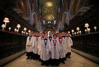 Oğlanlardan ibarət xorun iştirakçıları Londonun St Paul kilsəsində məşq keçirirlər.
