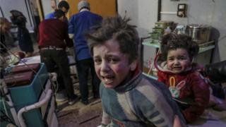 Crianças sendo atendidas em hospital de Ghouta