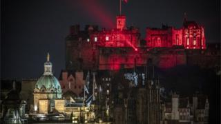 edinburgh-castle-in-red-lights
