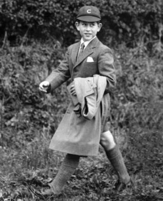 A caminho da Escola Cheam, em Berkshire; ele foi educado em casa até os 8 anos
