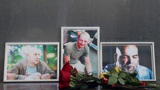 Возложенные цветы в память погибших у Центрального дома журналиста