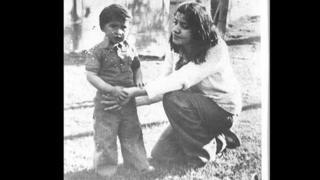 Luis Recabarren posa para foto segurando a mão da mãe, Nalvia