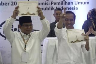 Presiden Joko Widodo (kanan) dan Prabowo Subianto saat mengambil undian nomor urut Pilpres 2019 di KPU, 21 September 2018.