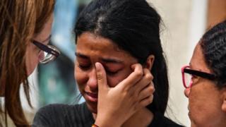 Estudante de escola em Suzano chora após ataque