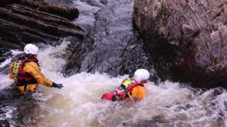 Môn Sar training in water