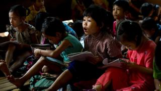 မြန်မာမူလတန်းကျောင်းမှာ စာသင်ယူနေတဲ့ ကလေးငယ်တွေ