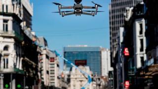 дрон летящий в Брюсселе
