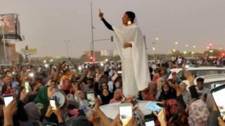 薩拉赫(Alaa Salah)在蘇丹參加抗議活動的照片,吸引了全球的注意力。