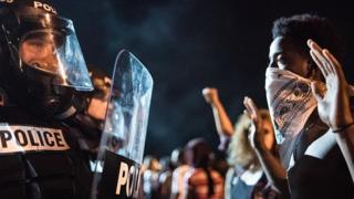 Policía y manifestante en Charlotte