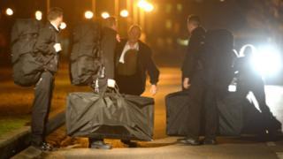 Предполагаемые сотрудники британских спецподразделений у тюрьмы в Британии